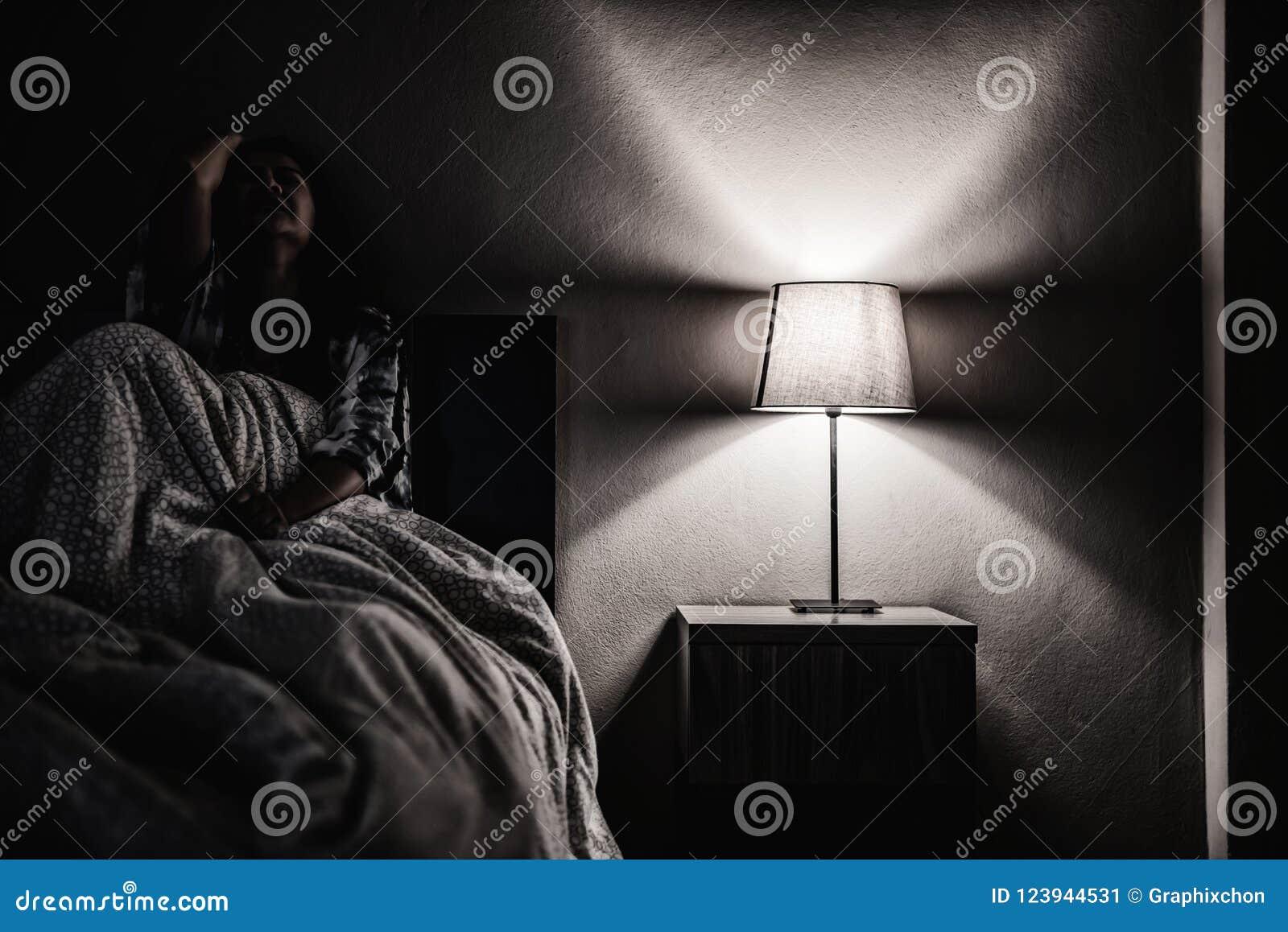 Donna di depressione da solo nella stanza scura Problema sanitario di salute mentale, PTSD