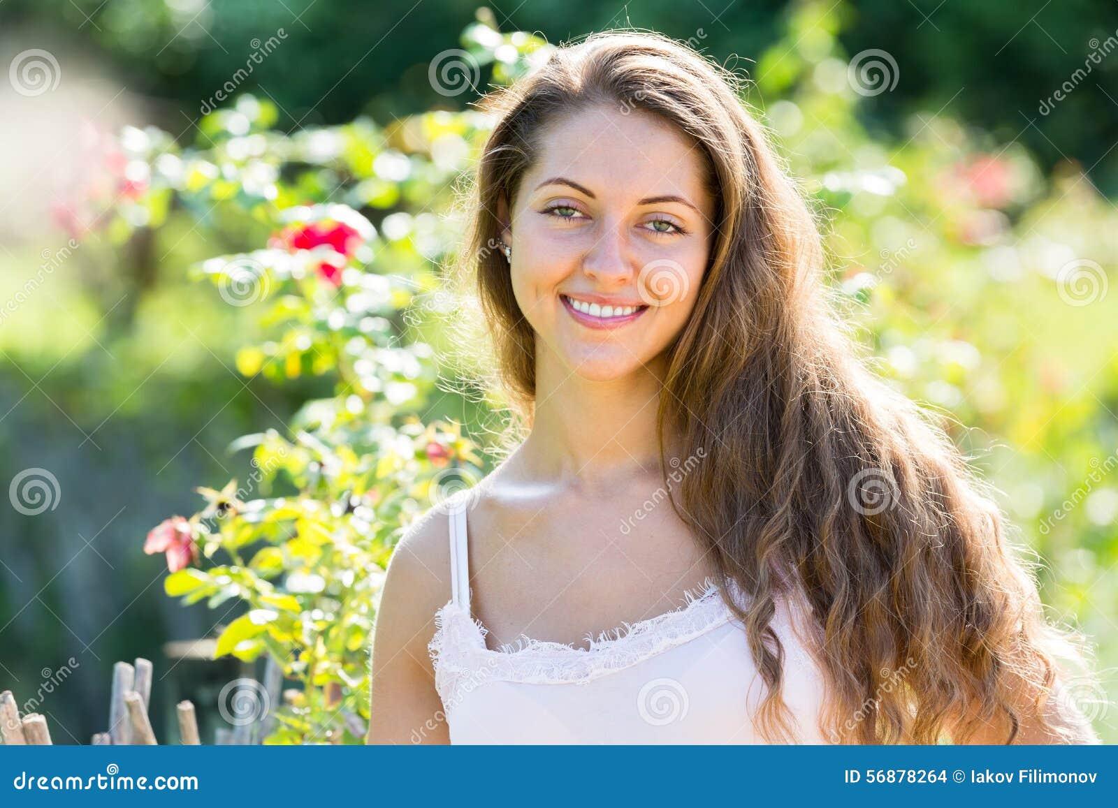 Donna di estate della sosta