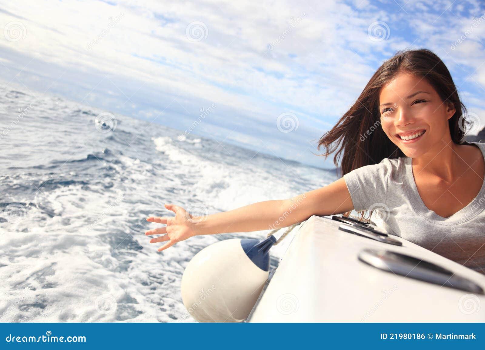 Donna di feste della barca di crociera su acqua