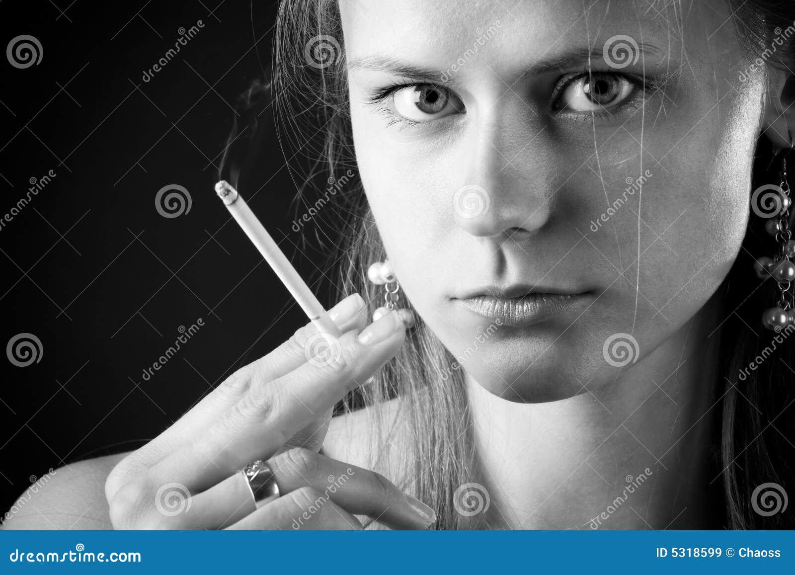 Download Donna di fumo immagine stock. Immagine di lifestyle, aggiunta - 5318599