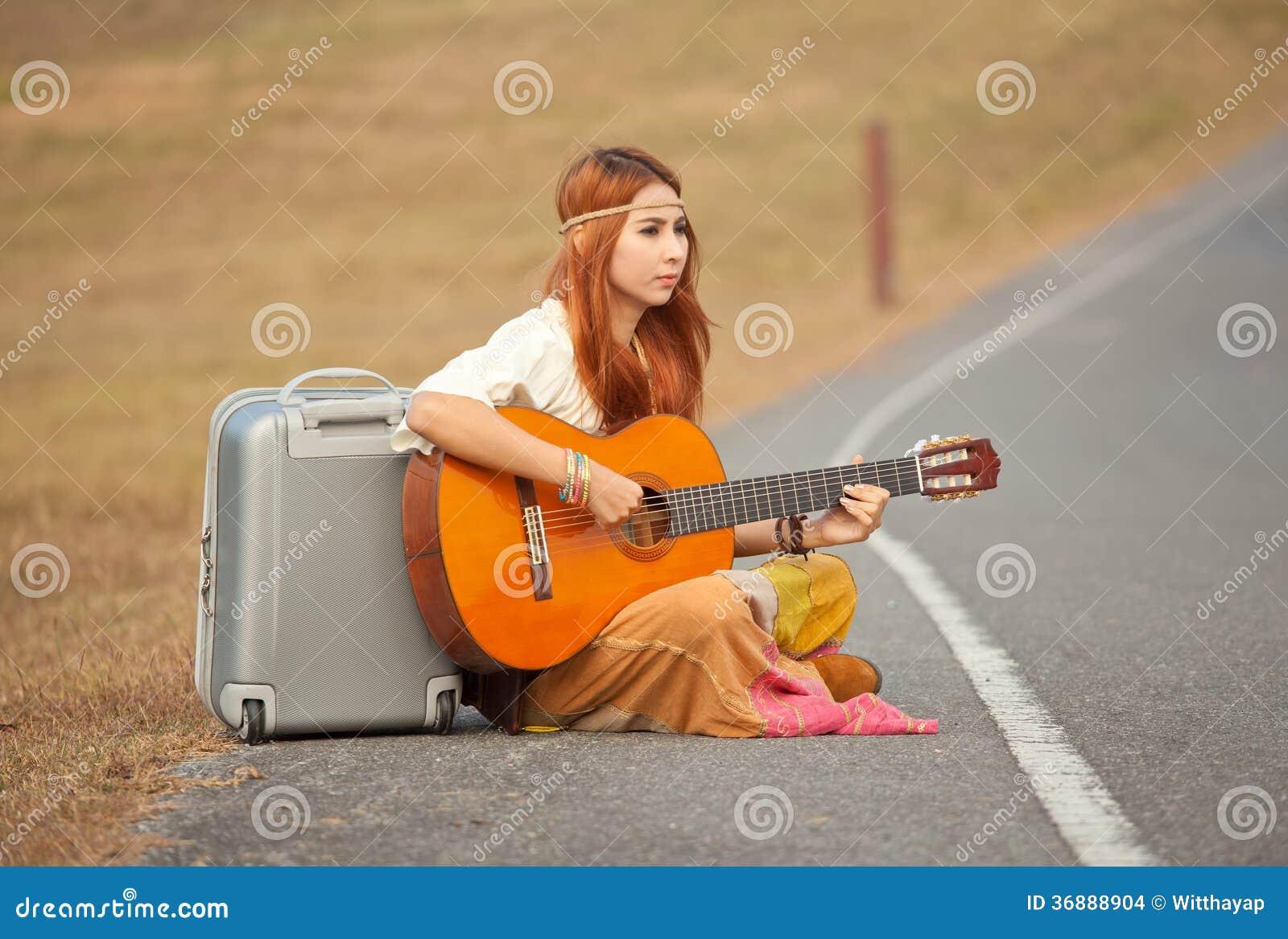 Download Donna Di Hippy Che Gioca Musica Fotografia Stock - Immagine di divertimento, felicità: 36888904