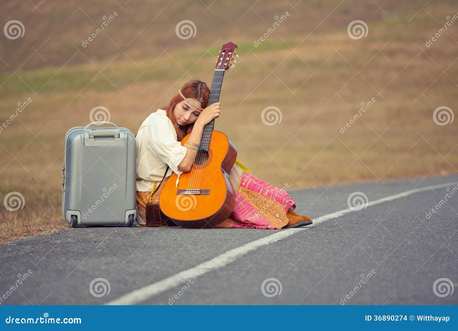Download Donna Di Hippy Che Si Siede Su Una Strada Della Campagna Fotografia Stock - Immagine di nave, adulto: 36890274