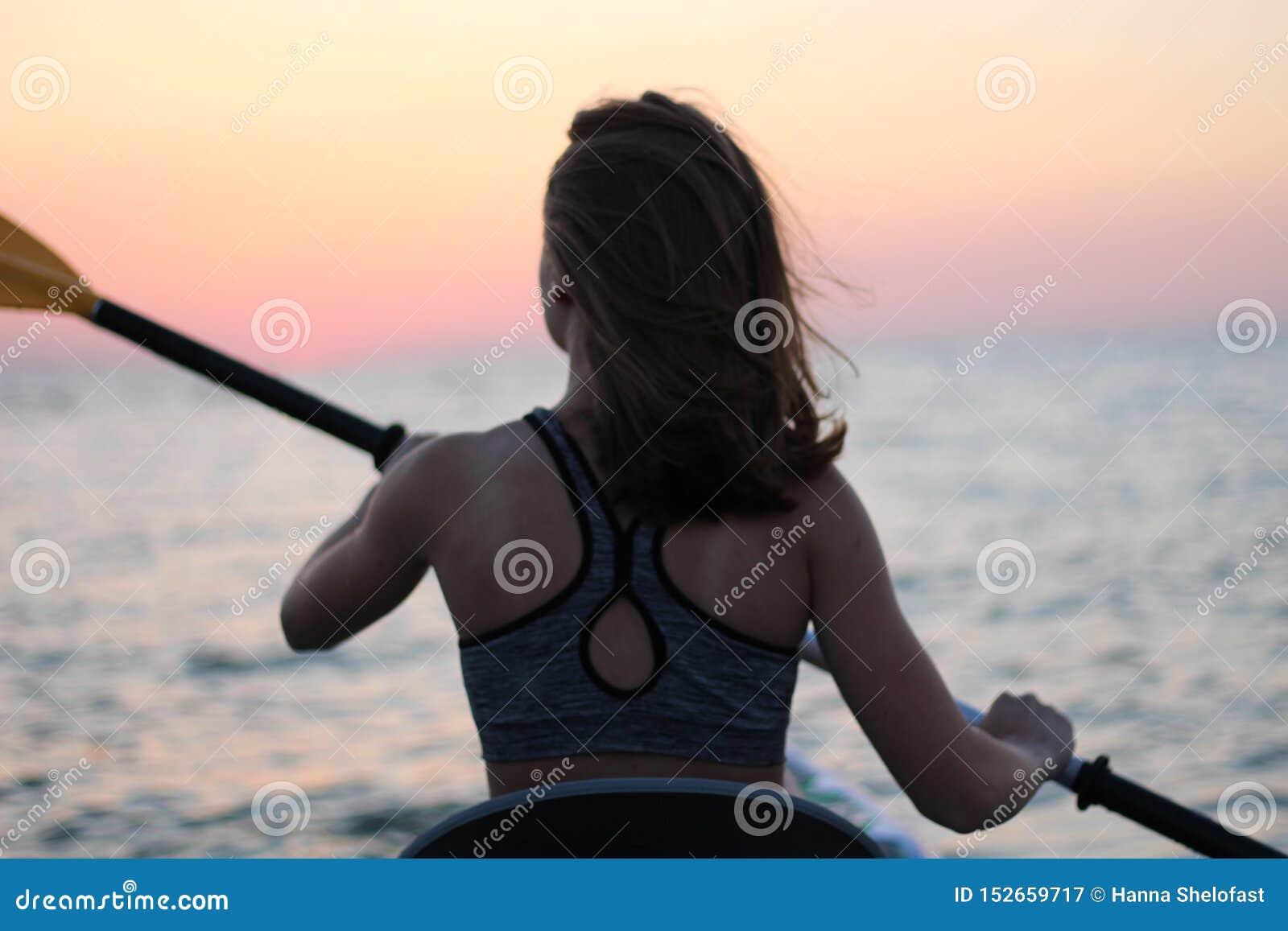 Donna di kayak in kajak Rematura della ragazza nell acqua di un mare calmo