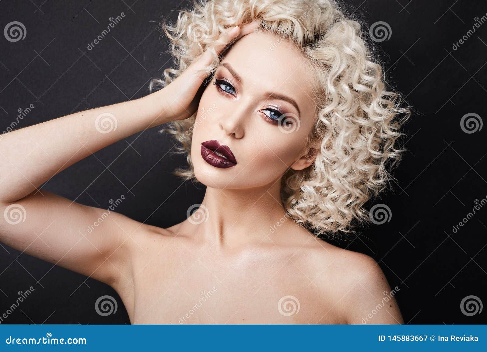 Donna Di Modello Alla Moda Con Gli Occhi Azzurri ...