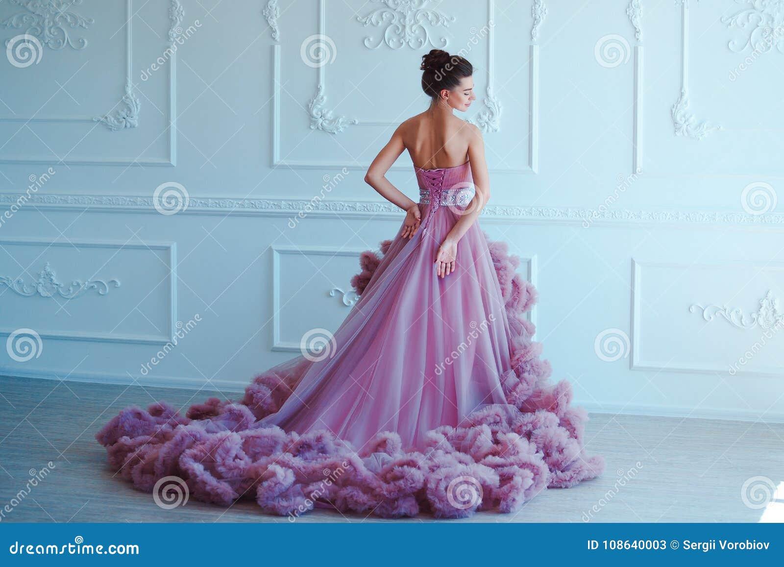 Donna di modello castana di bellezza nell uguagliare vestito porpora Trucco di lusso e acconciatura di bello modo Ragazza seducen