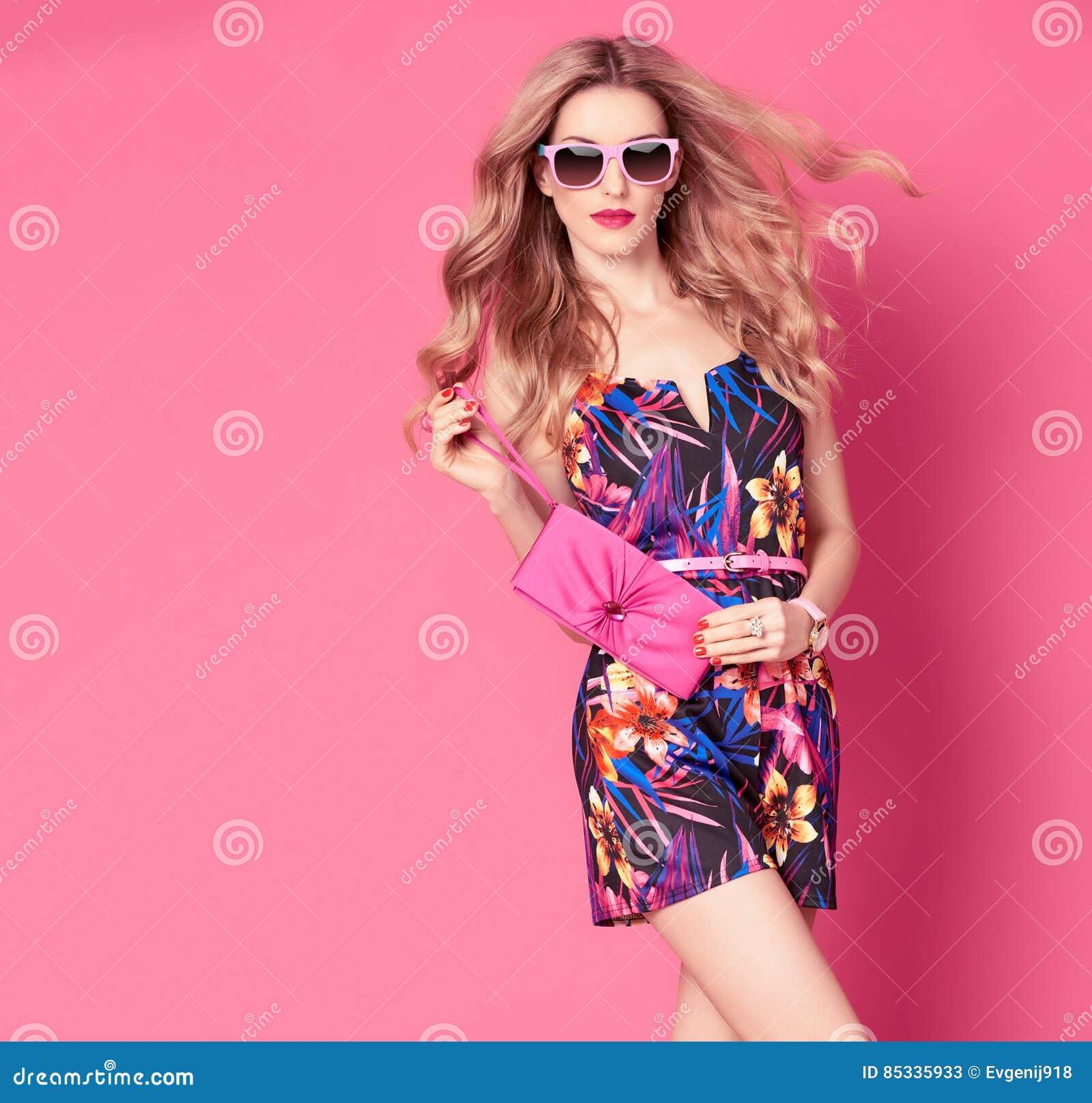 301ccf7ac315 Donna di modo in vestito d avanguardia dal fiore di estate della primavera