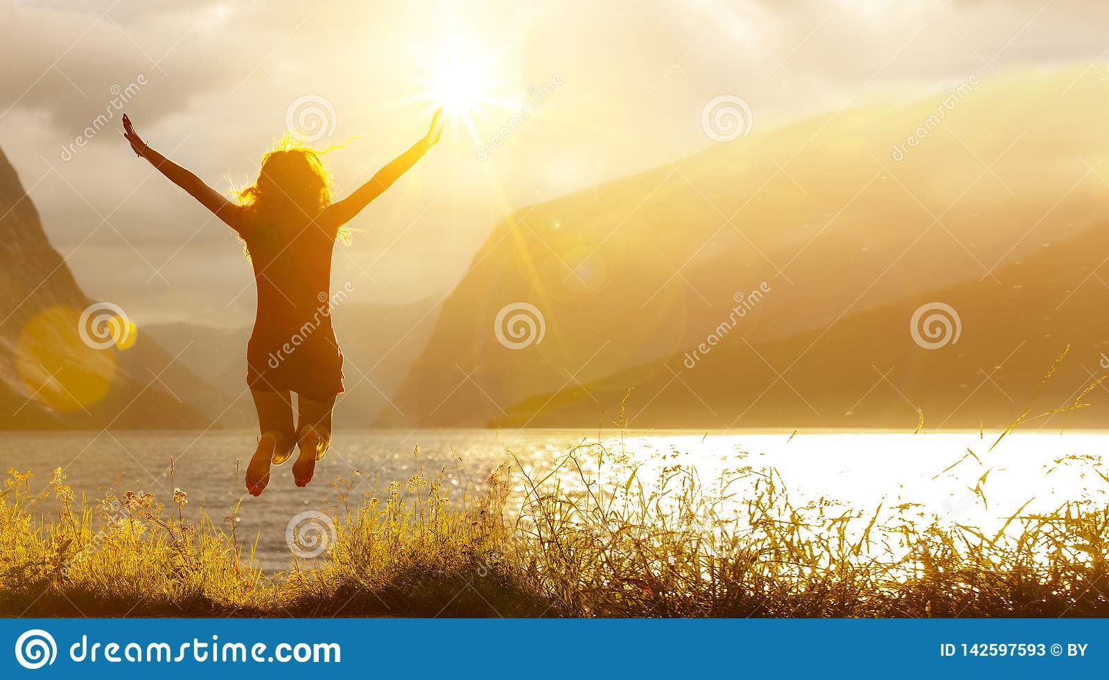 Donna di salto felice in un lago