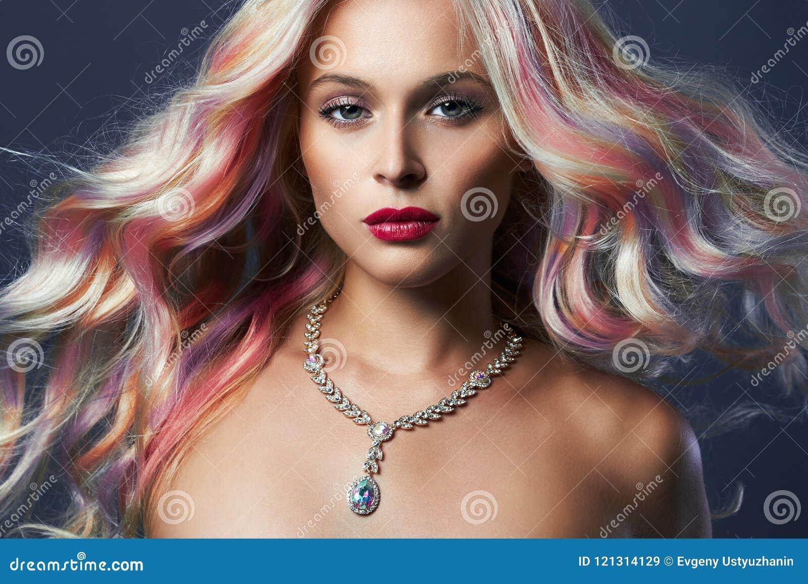Donna di stile di capelli dell arcobaleno in gioielli