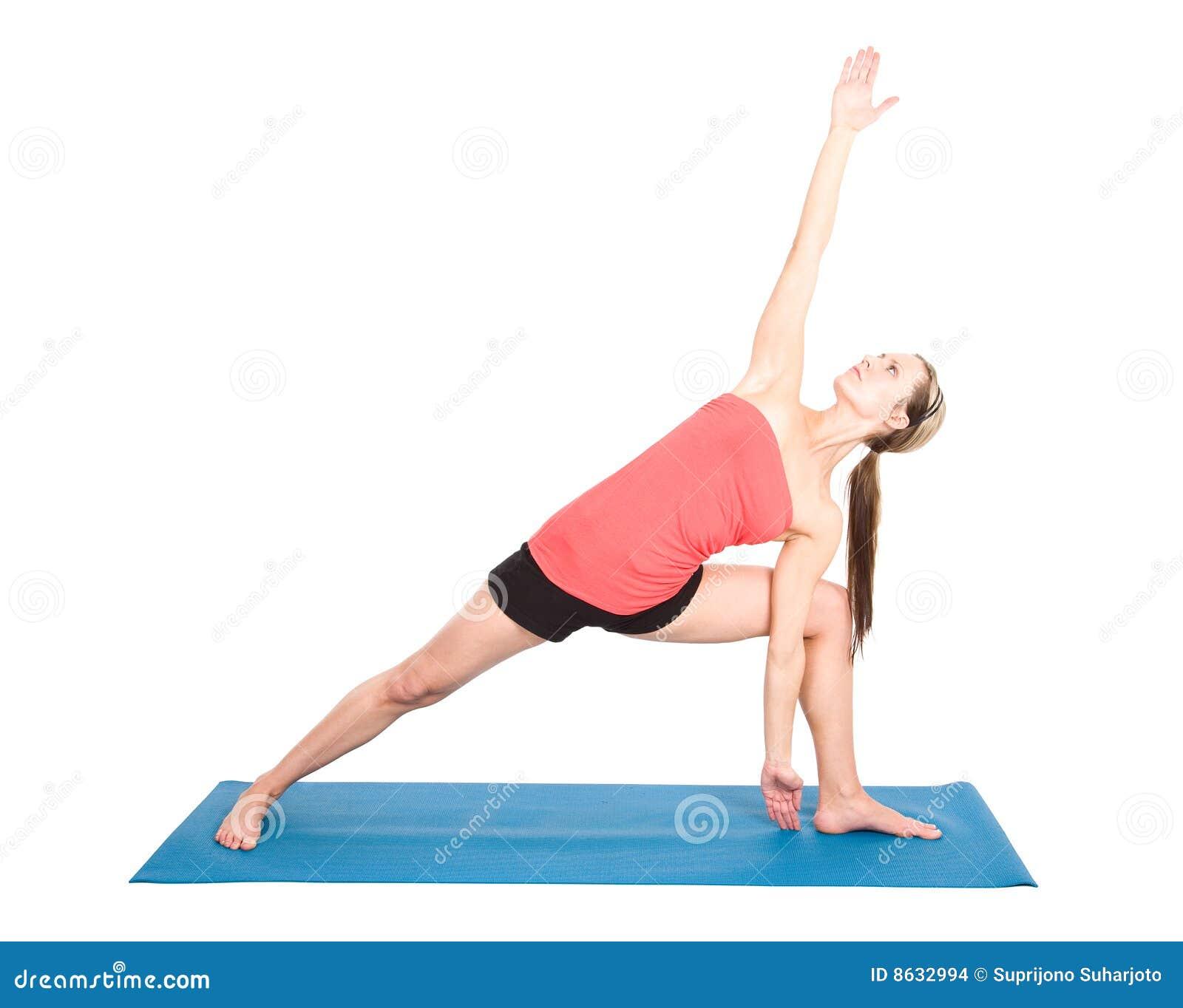 Un colpo di un'yoga di pratica della donna caucasica