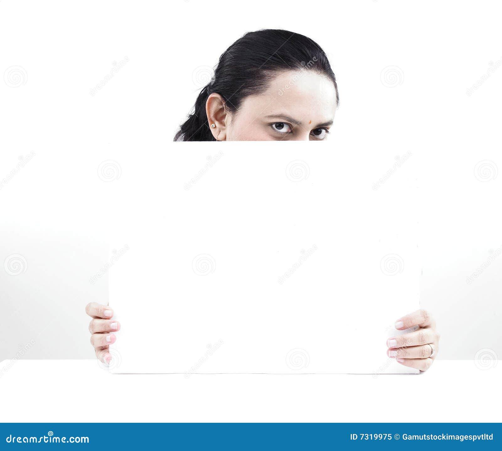 Donna dietro un cartello in bianco