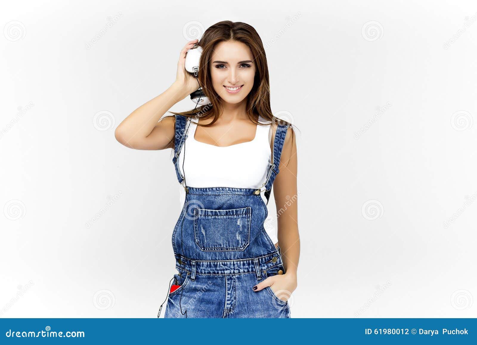 c90dce6478 Donna DJ Con Le Cuffie In Jeans E Camicia Bianca Fotografia Stock ...