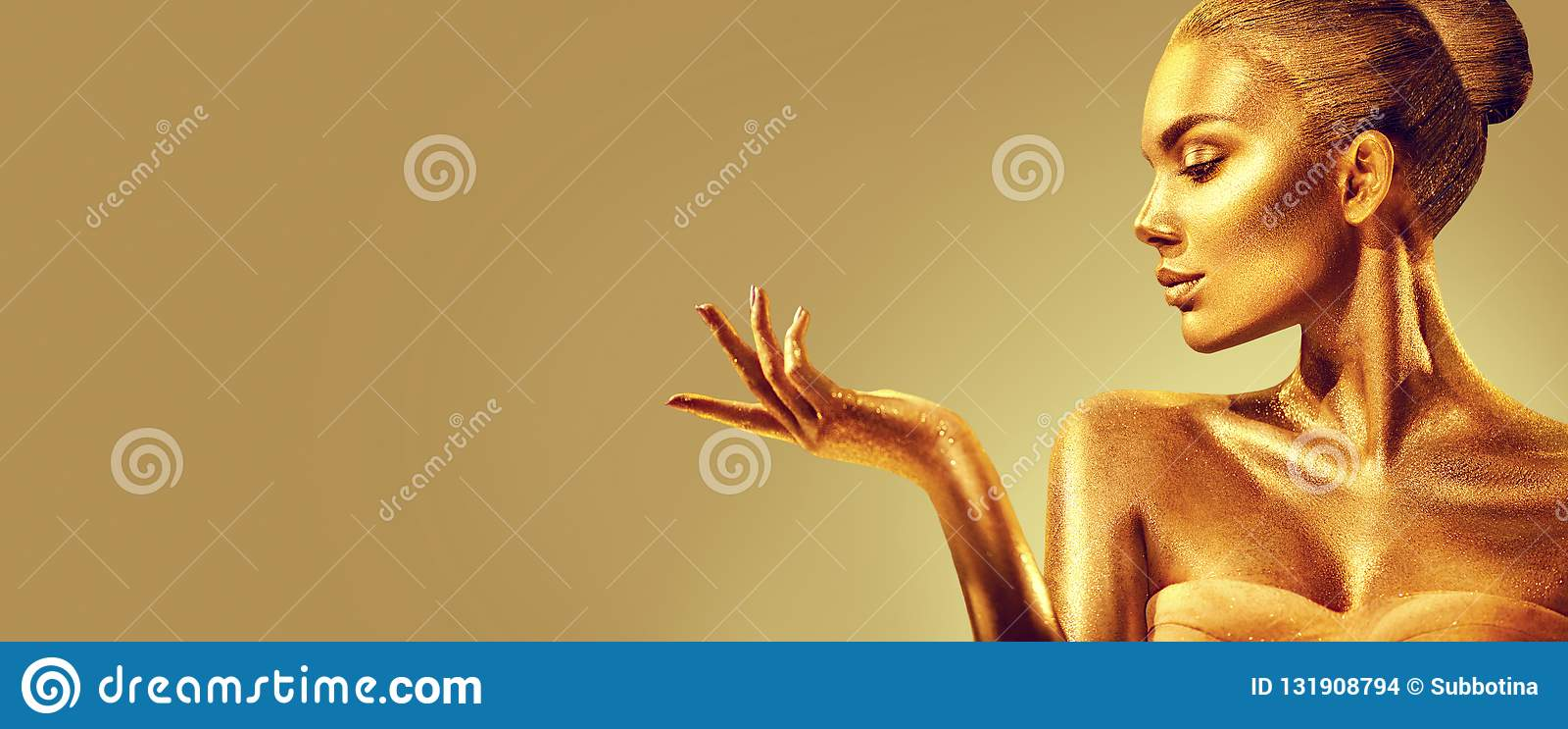 Donna dorata Ragazza del modello di moda di bellezza con pelle dorata, trucco, capelli e gioielli sul fondo dell oro