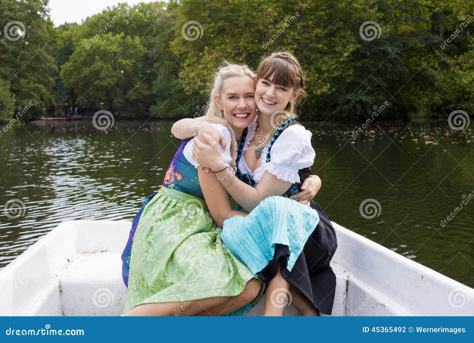 Donna due in un imbarcazione a remi