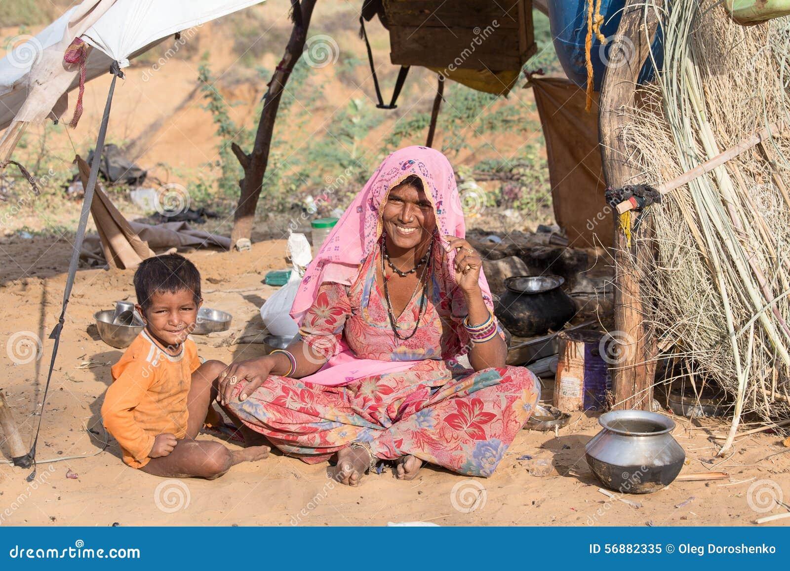Donna e bambino al assistito al cammello annuale Mela di Pushkar L India