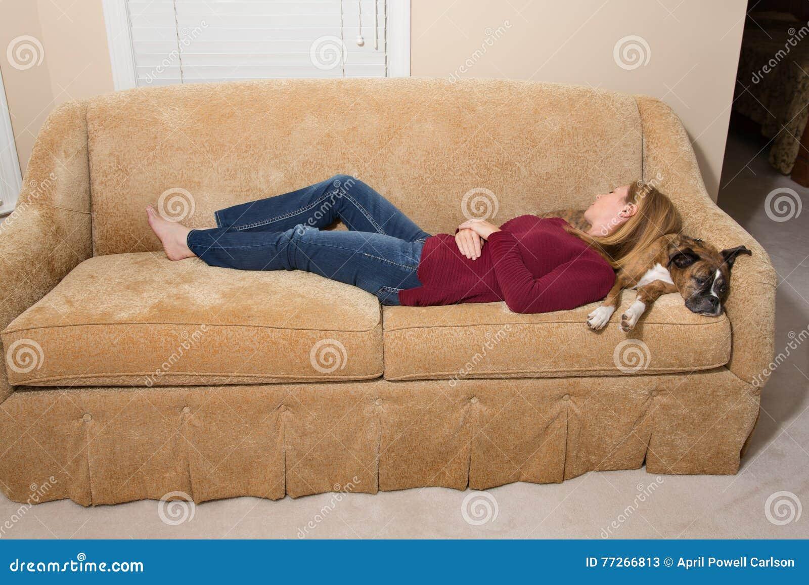 Donna e cane addormentati sullo strato - Naptime