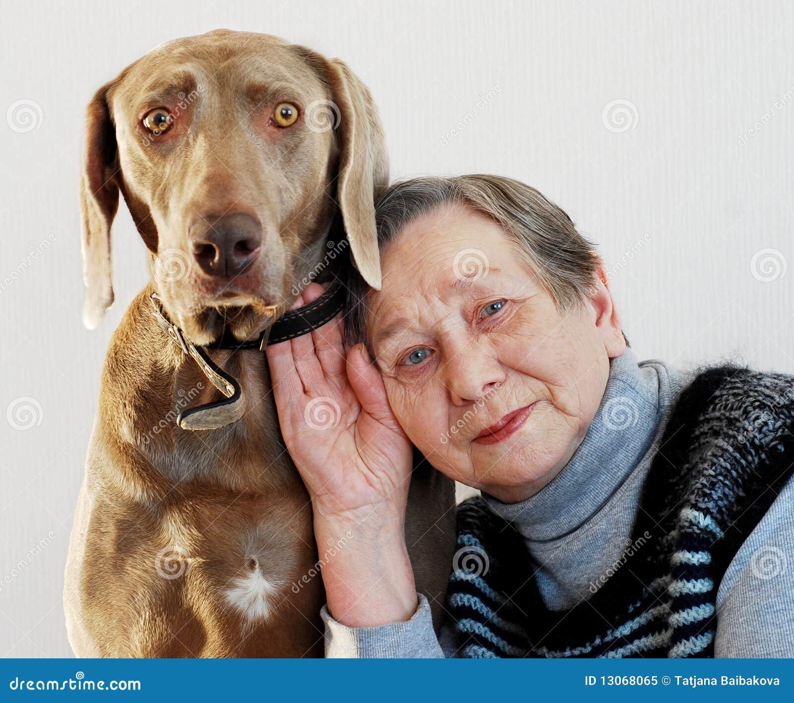 Donna e cane maggiori