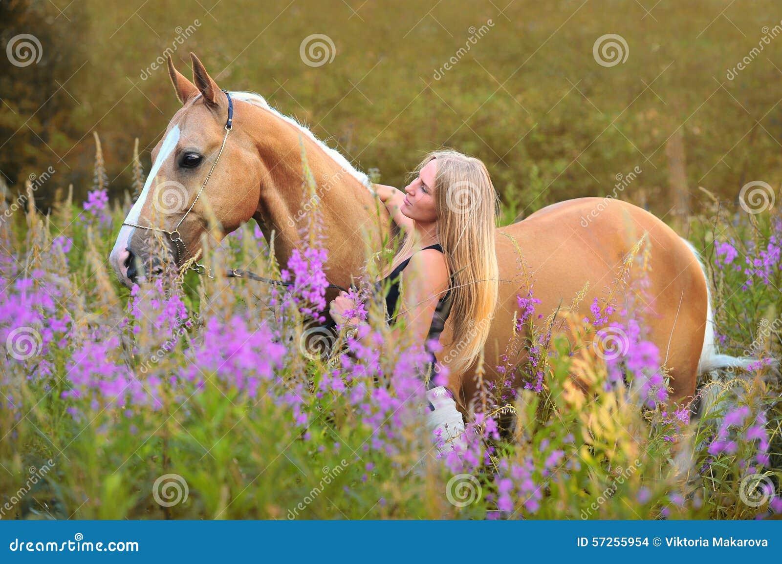 Donna e cavallo dorato