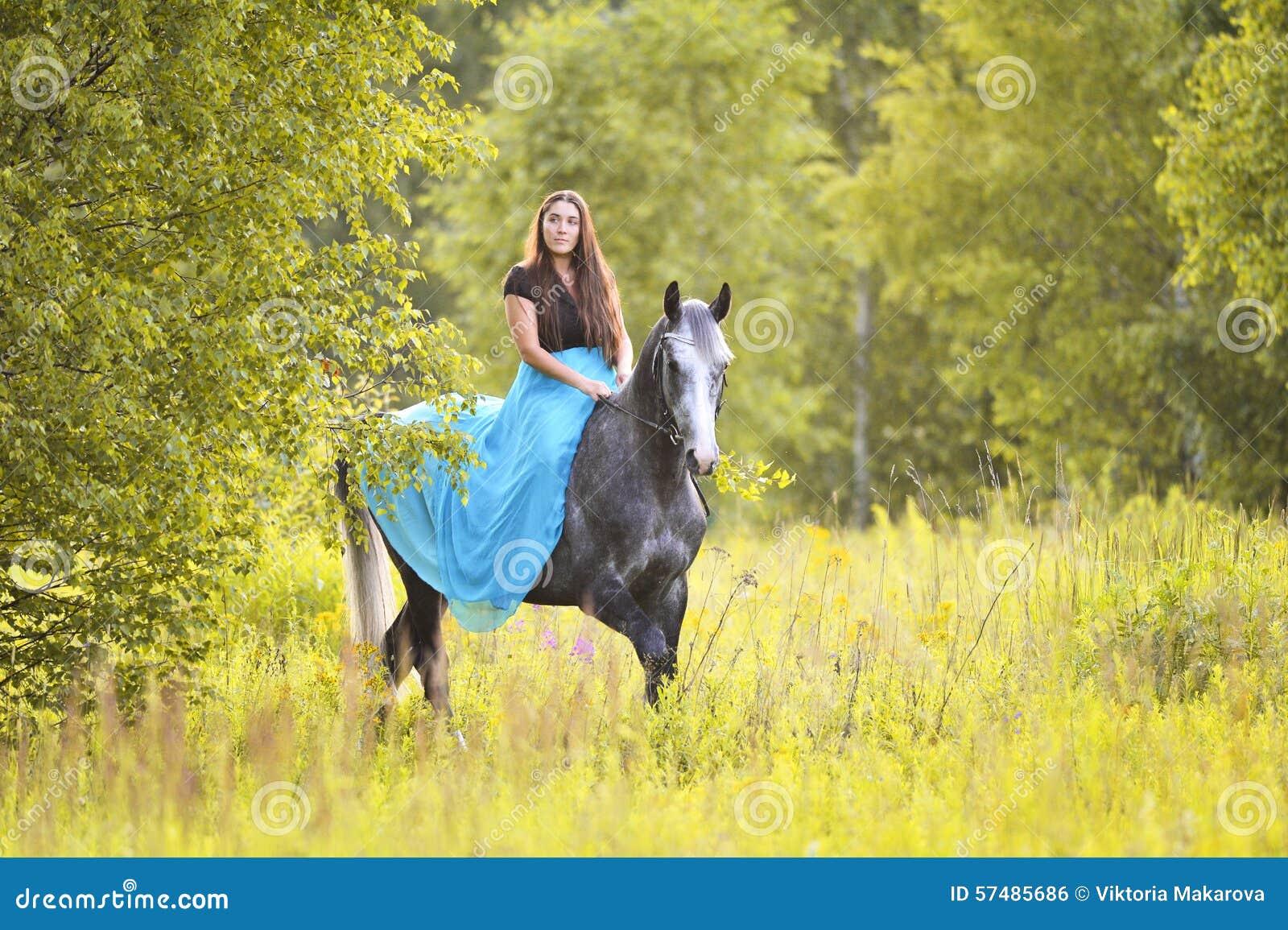 Donna e cavallo grigio