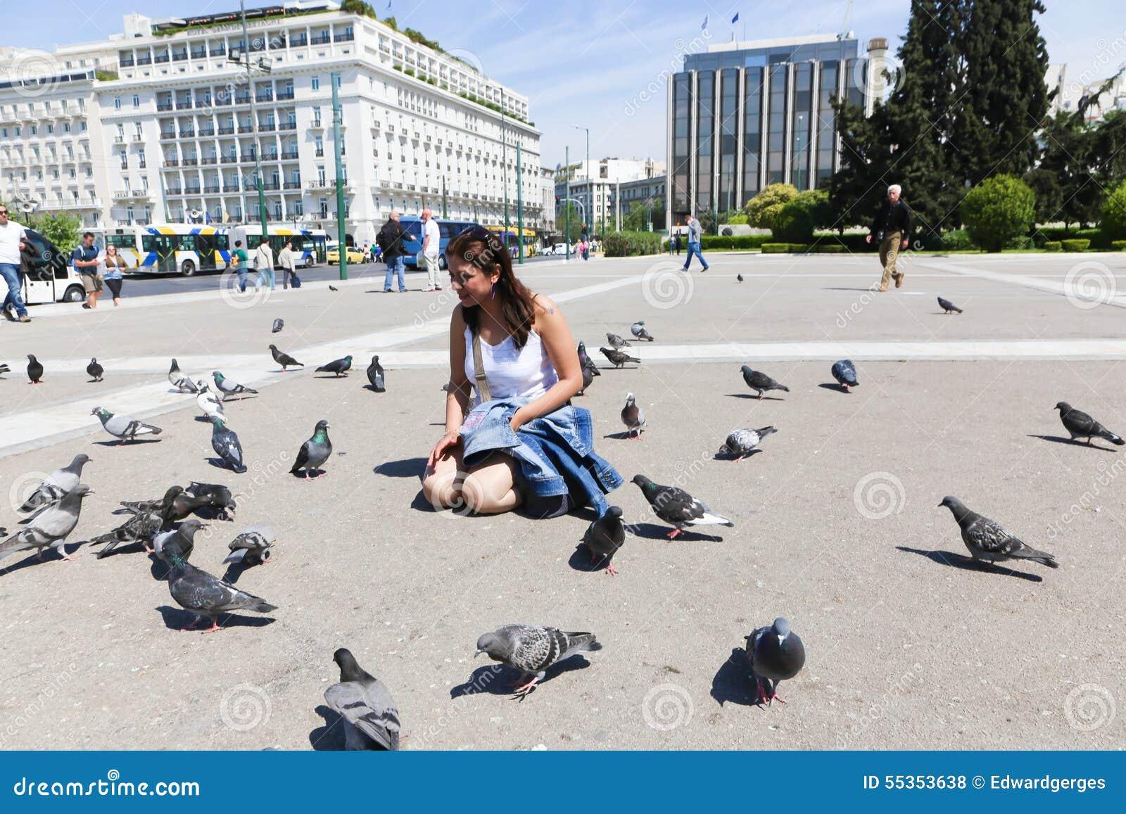 Donna e piccione a Atene