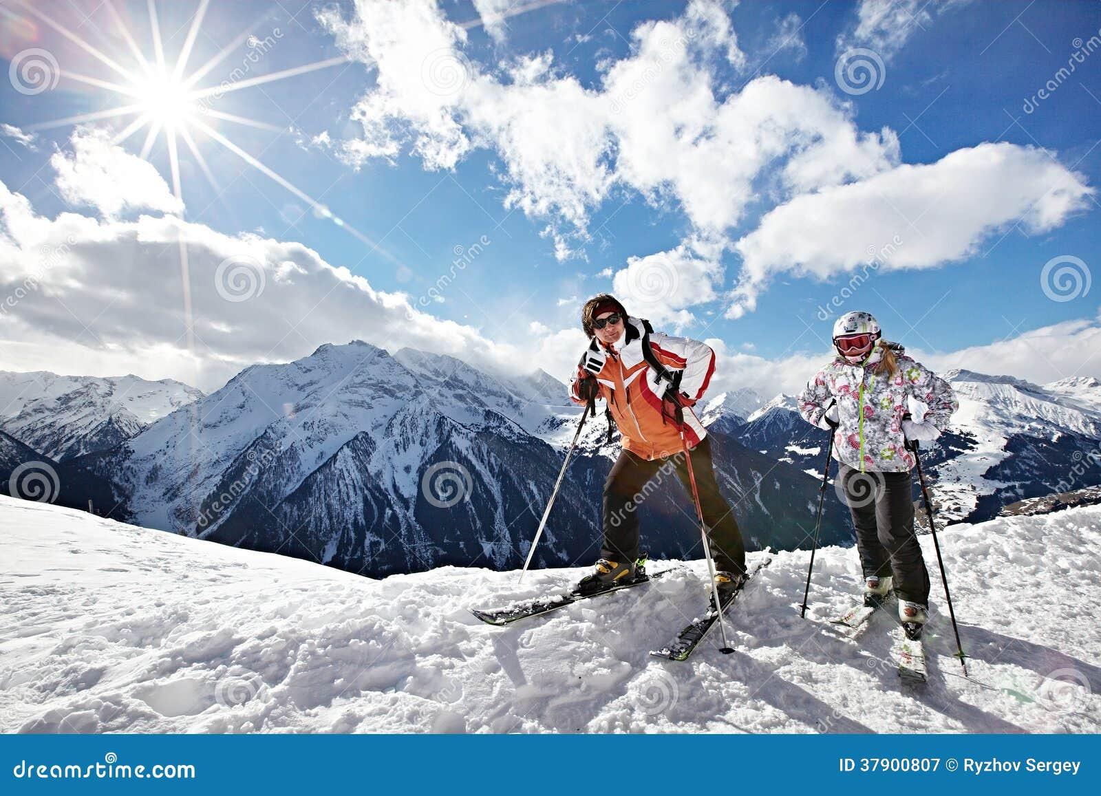 Donna e ragazza felici sulla stazione sciistica delle montagne