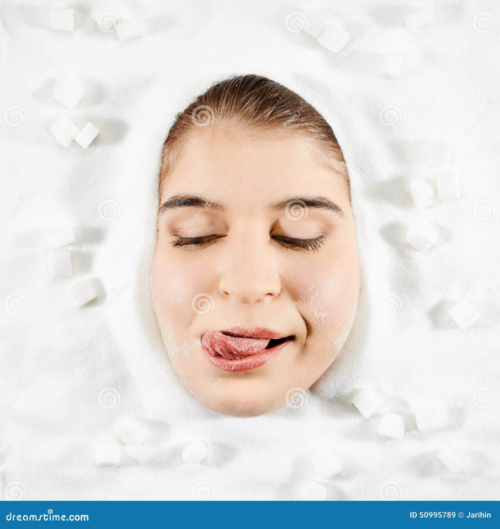 Donna e zucchero bianco