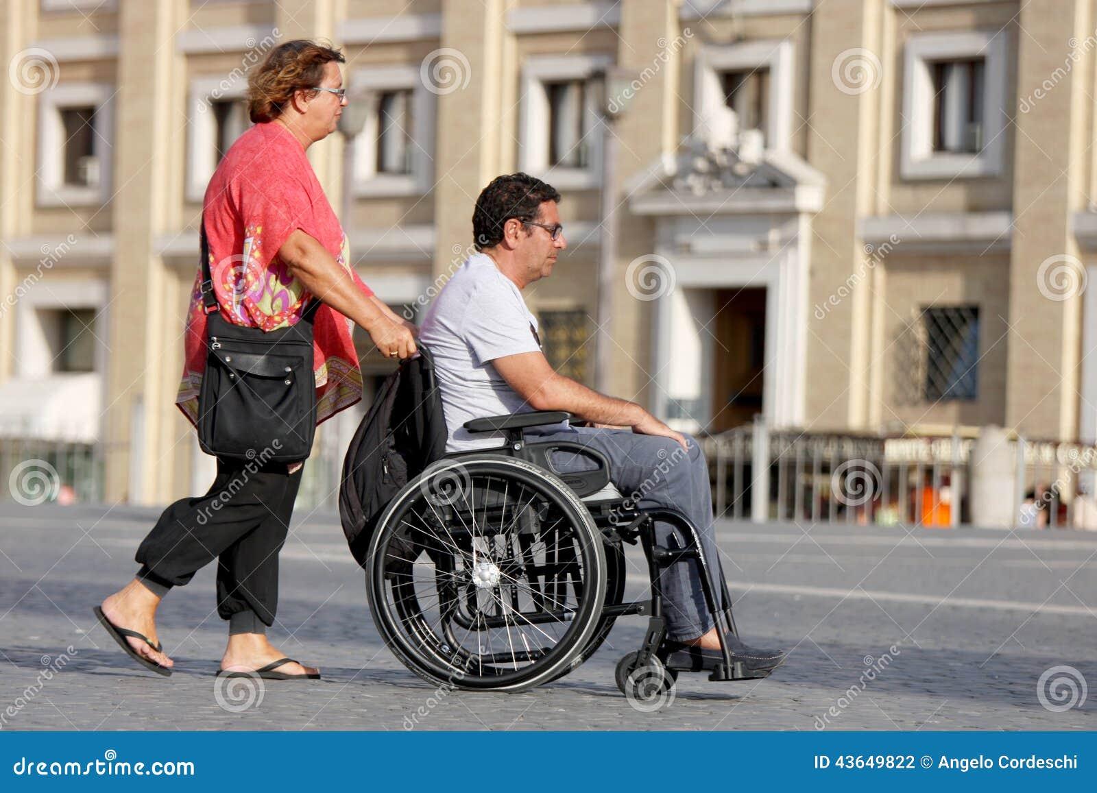 Donna ed il suo marito disabile