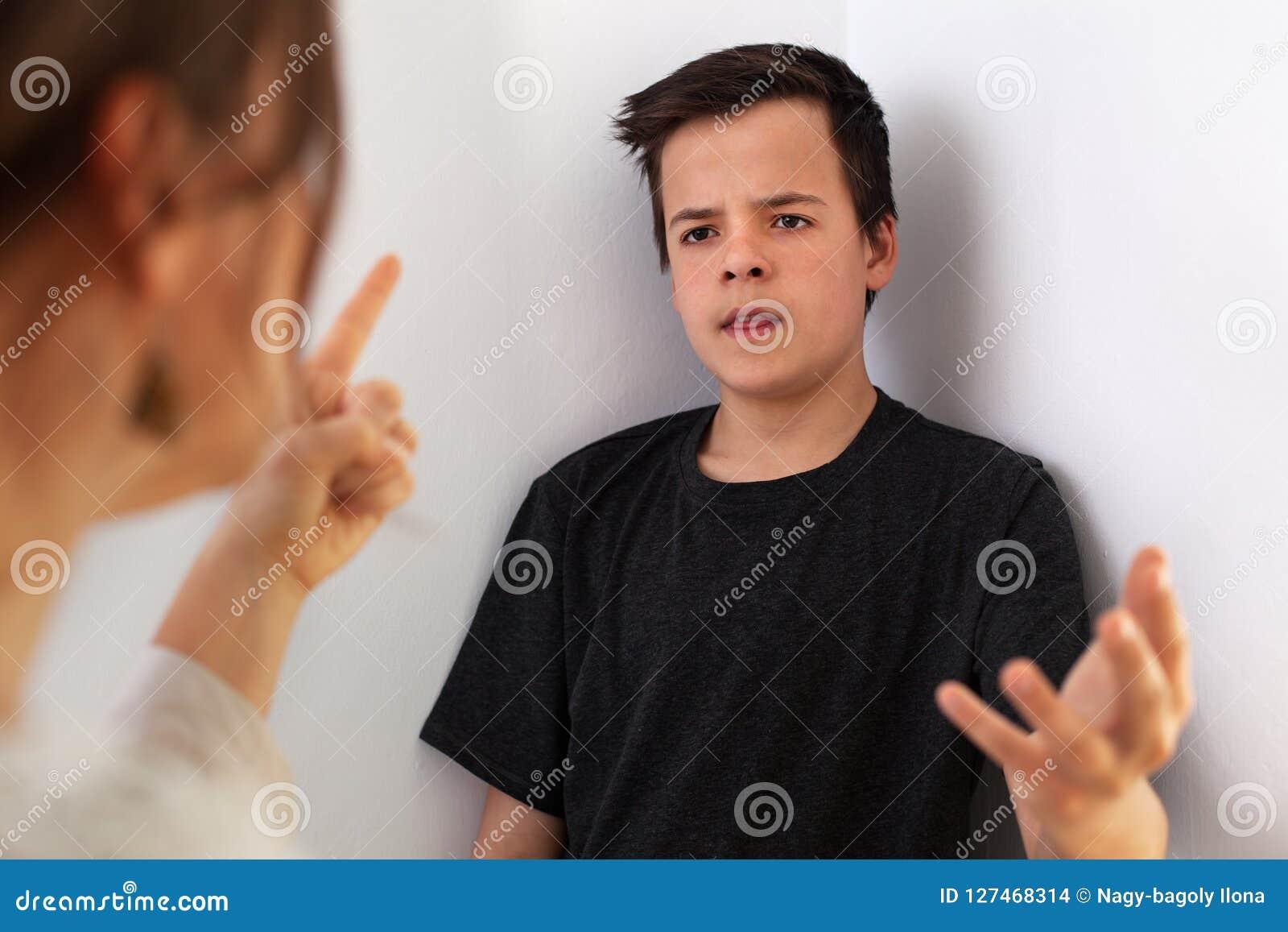 Donna ed suo figlio dell adolescente che hanno un litigio - gesturing al empha