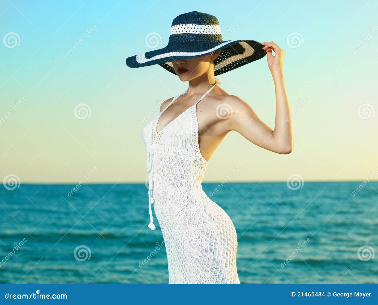 Donna Elegante In Un Cappello In Mare Fotografia Stock ...
