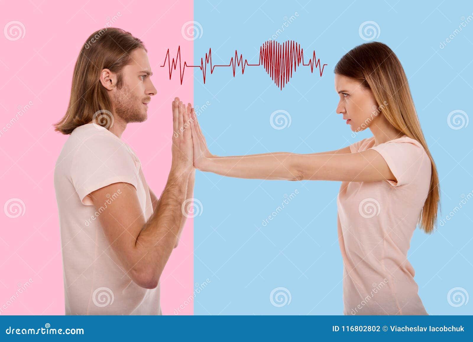 Donna emozionale che spinge il suo ragazzo e che ritiene arrabbiata