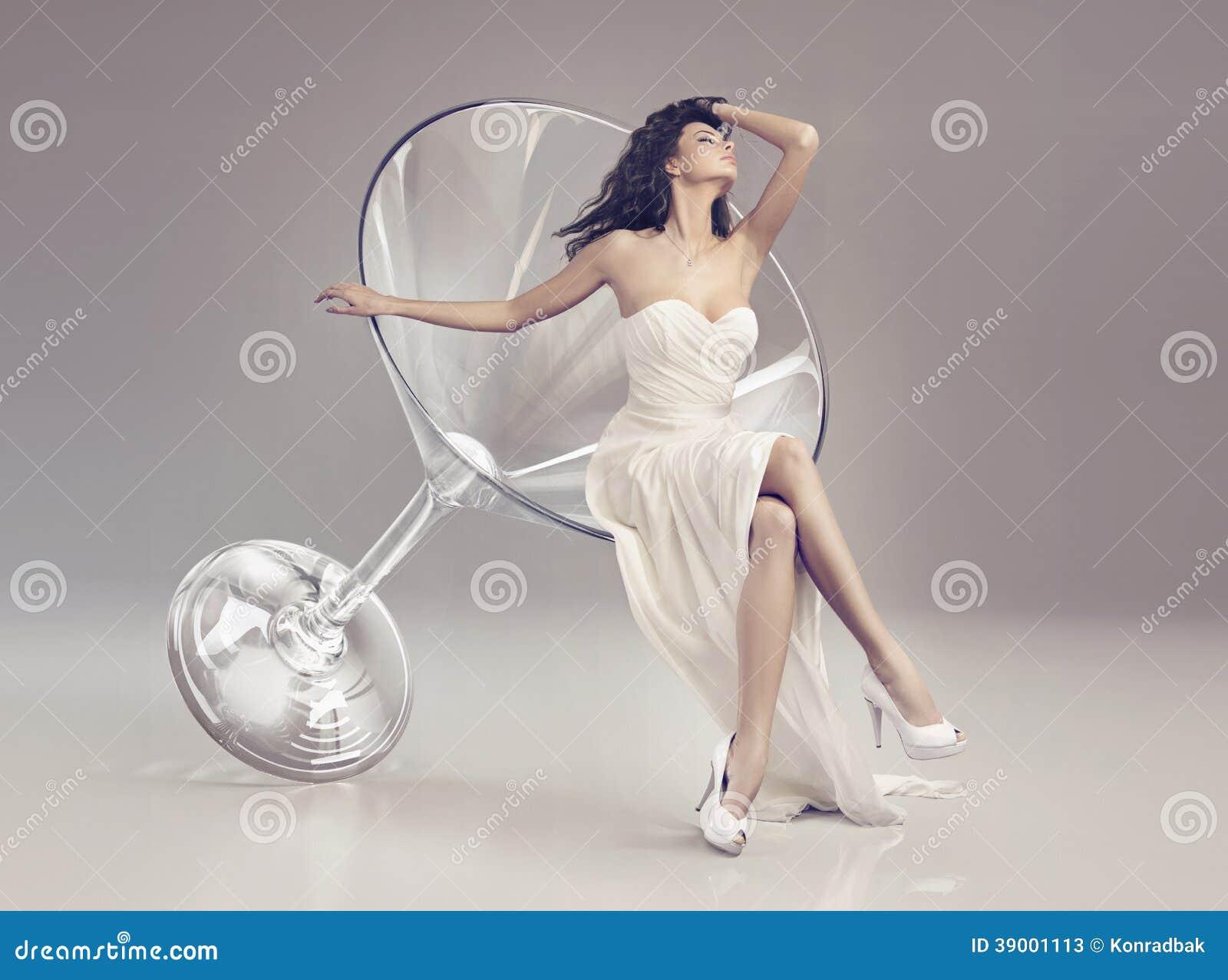 Donna favolosa in un vetro di martini