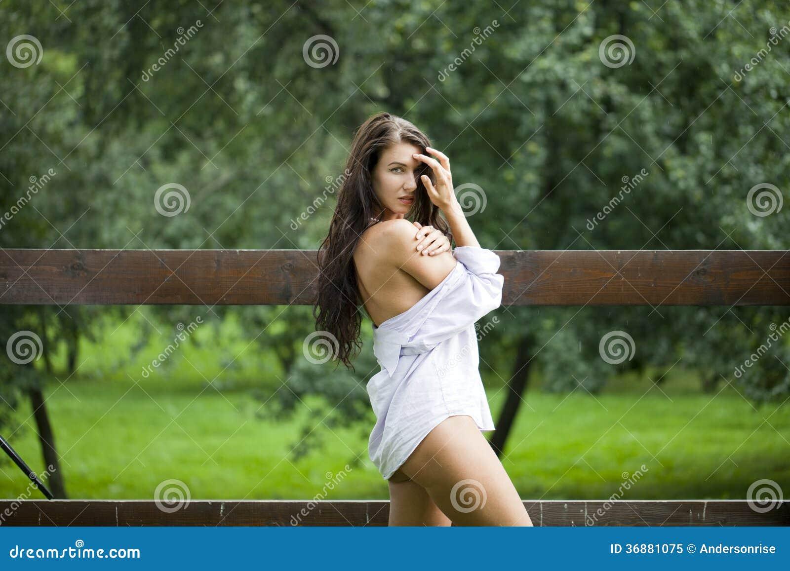 Download Donna Felice In Camicia Bianca Immagine Stock - Immagine di russo, emozioni: 36881075