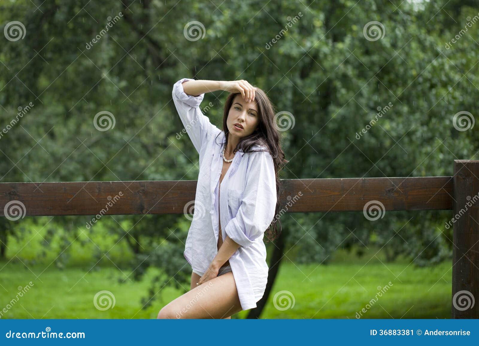 Download Donna Felice In Camicia Bianca Immagine Stock - Immagine di camicia, bellezza: 36883381