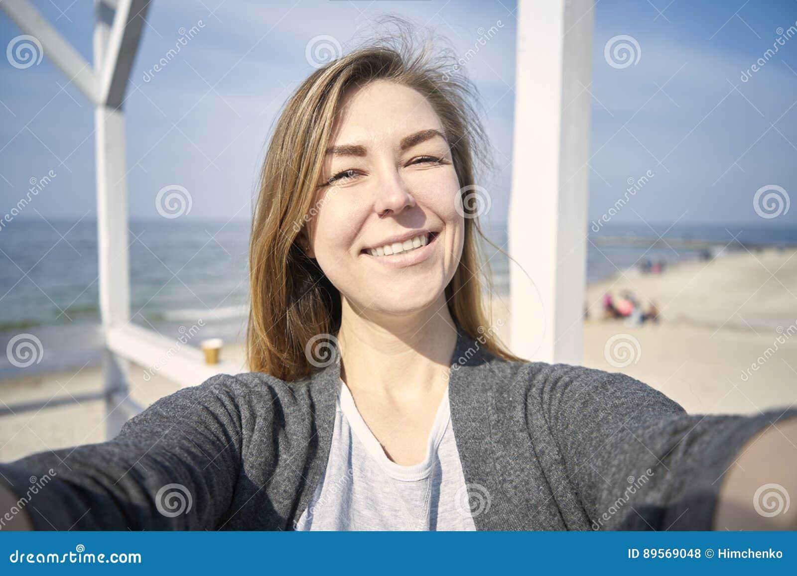 Donna felice che fa selfie all aperto
