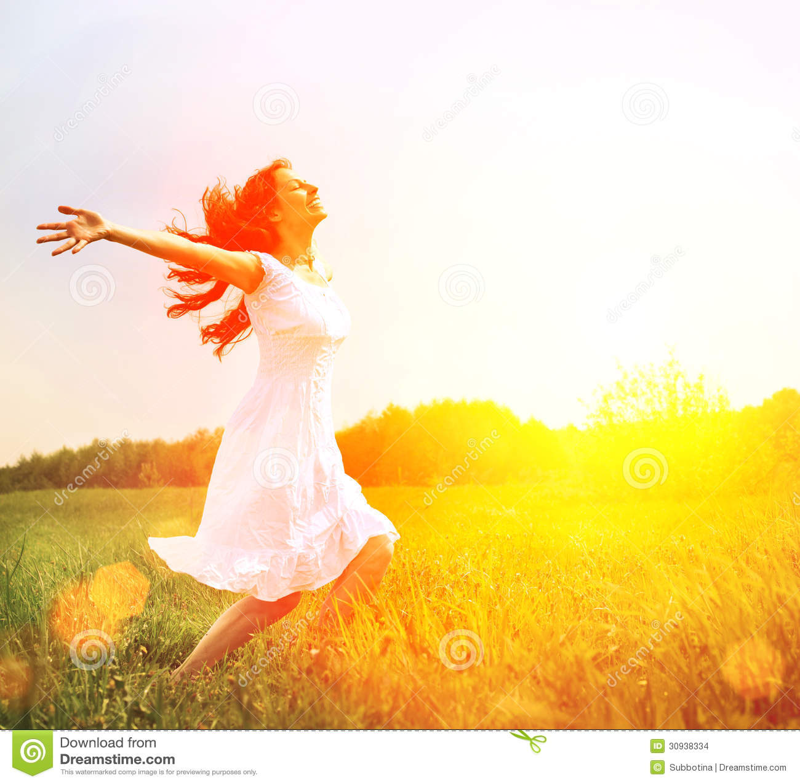 Donna felice che gode della natura