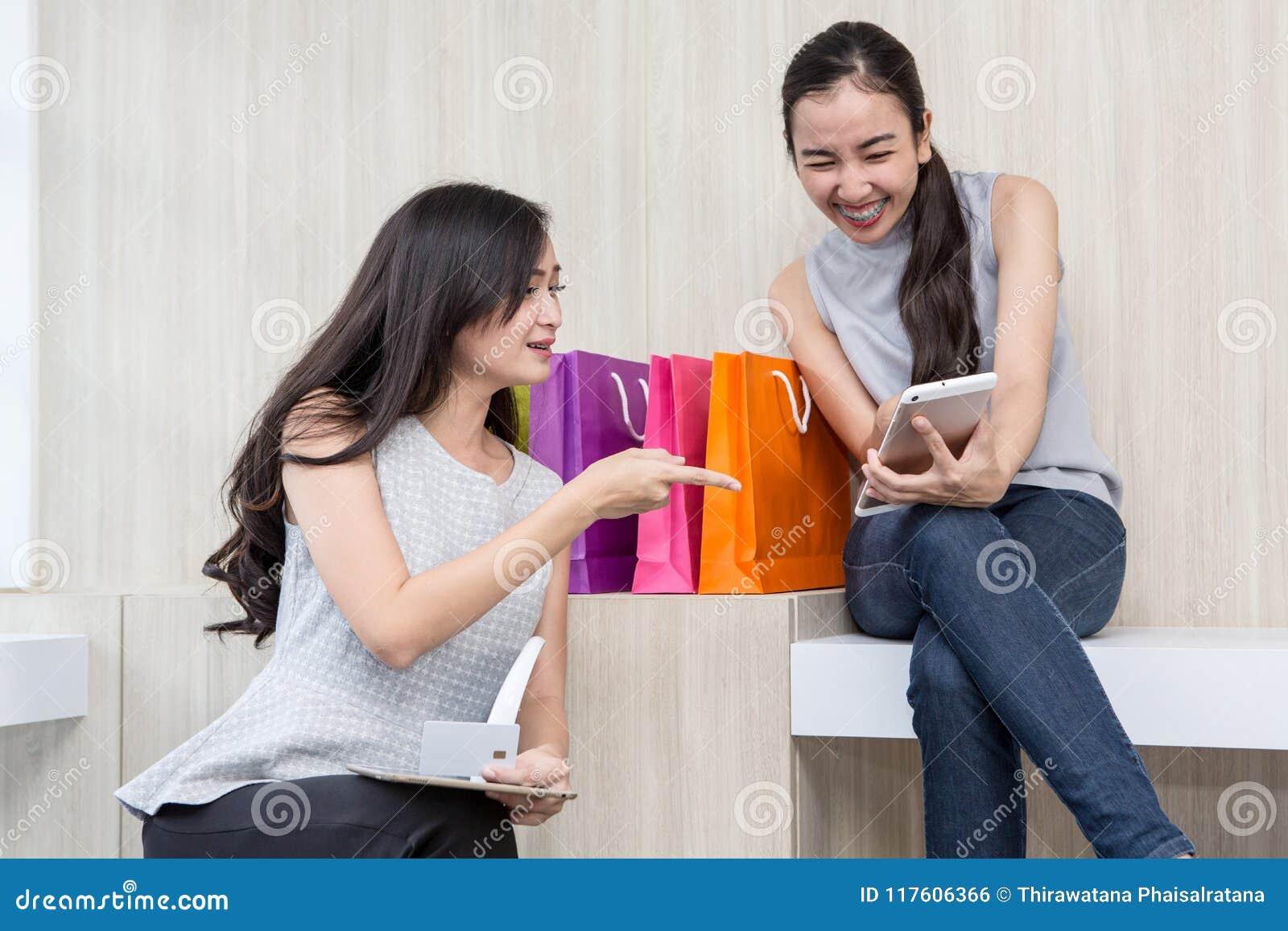 Donna felice che paga in caffè dalla carta di credito e dallo Smart Phone La donna ha preso un pagamento senza contatto La gente,