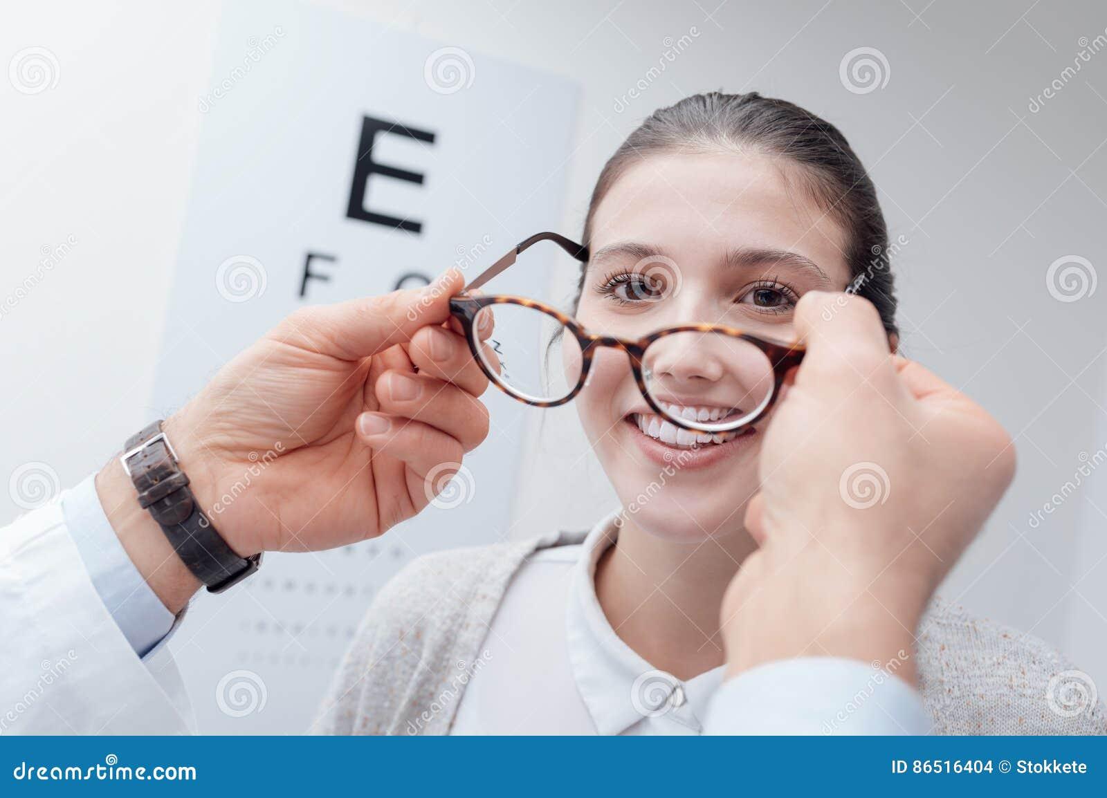 Donna felice che prova i suoi nuovi vetri