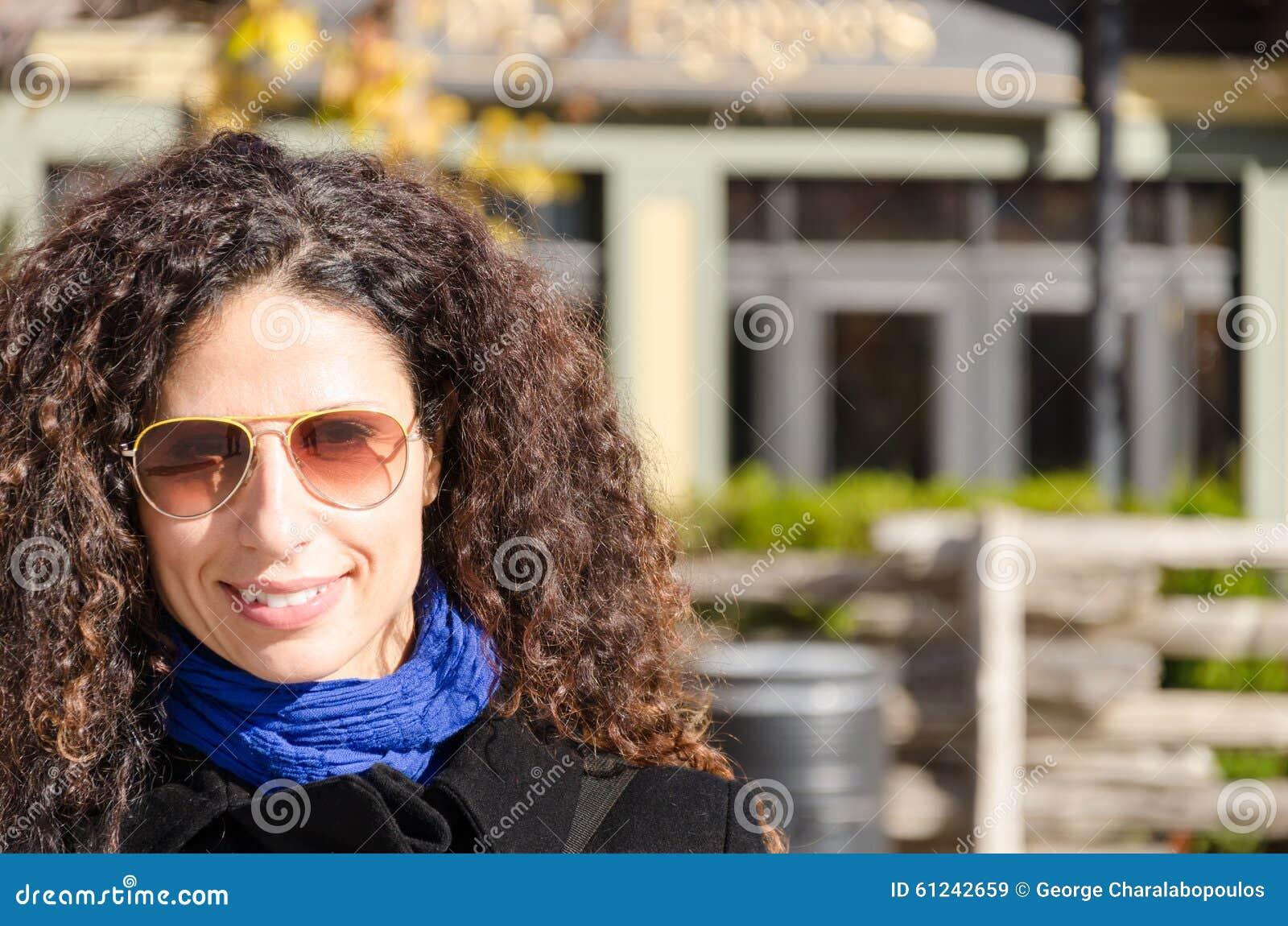 Donna felice che sorride un giorno freddo dell autunno