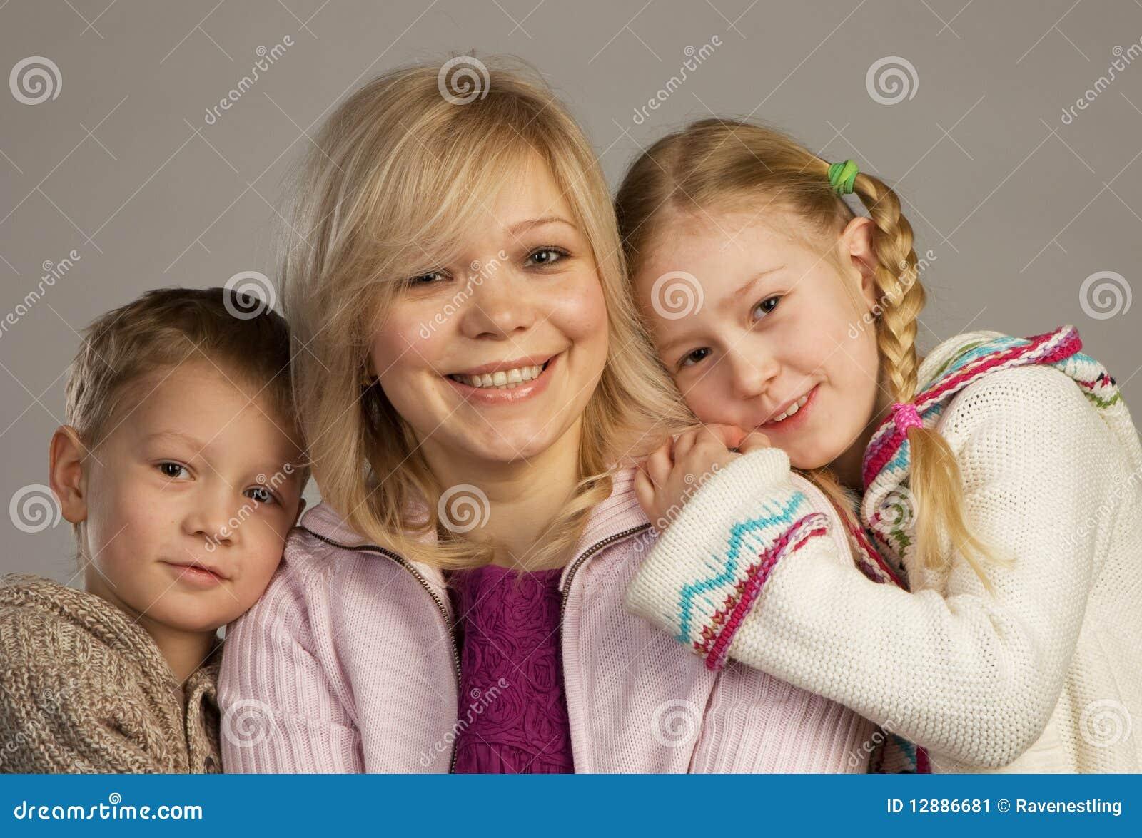 Donna felice con i suoi bambini