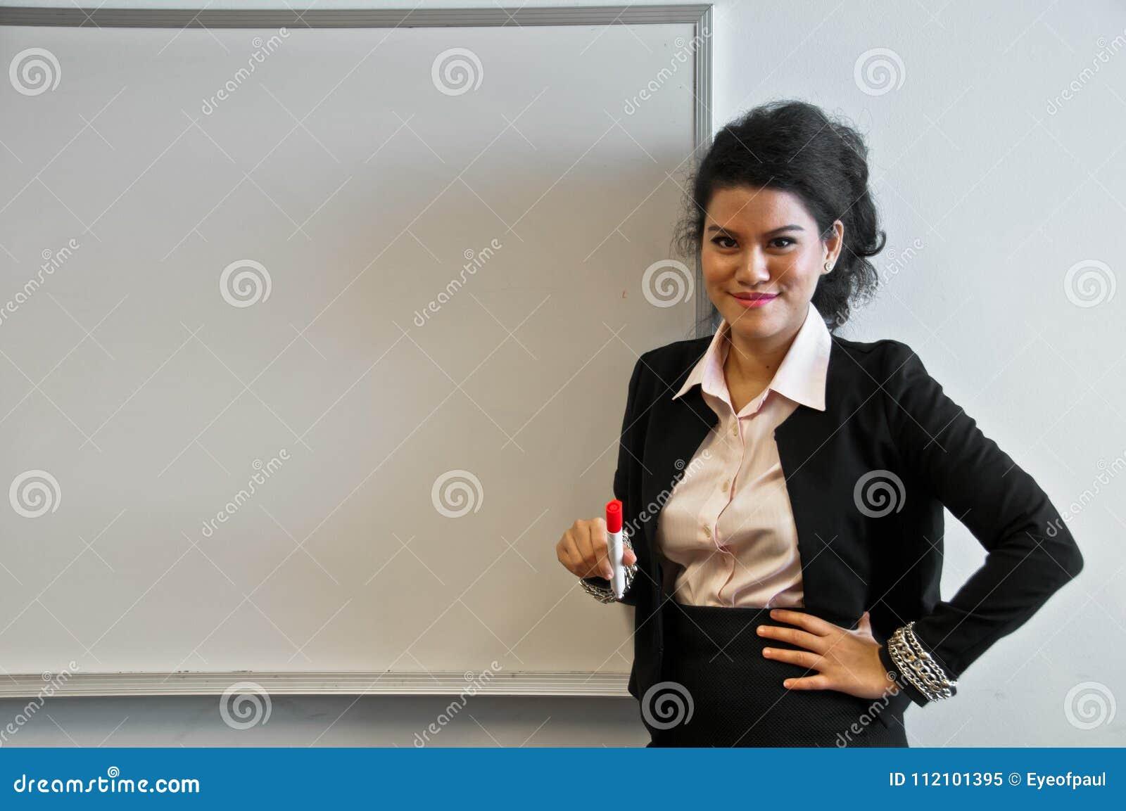 Donna felice di affari presente con il bordo di tiraggio su fondo bianco