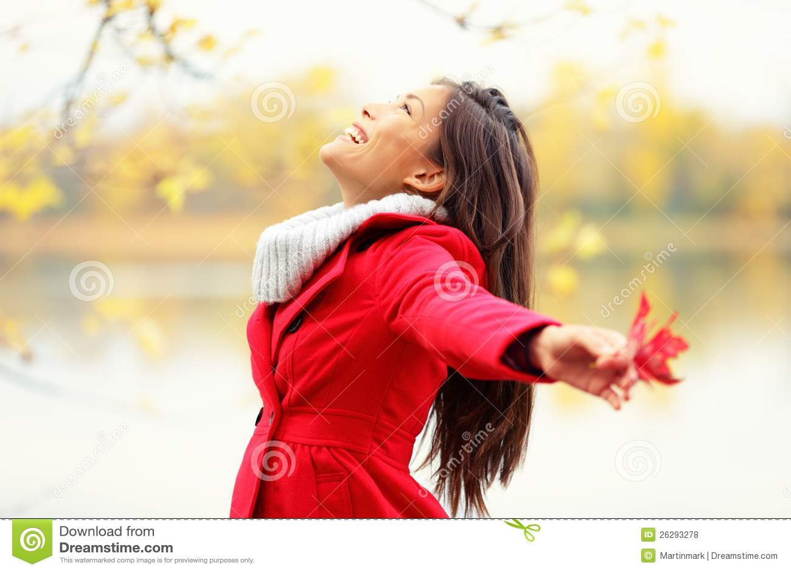 Donna felice di autunno beata