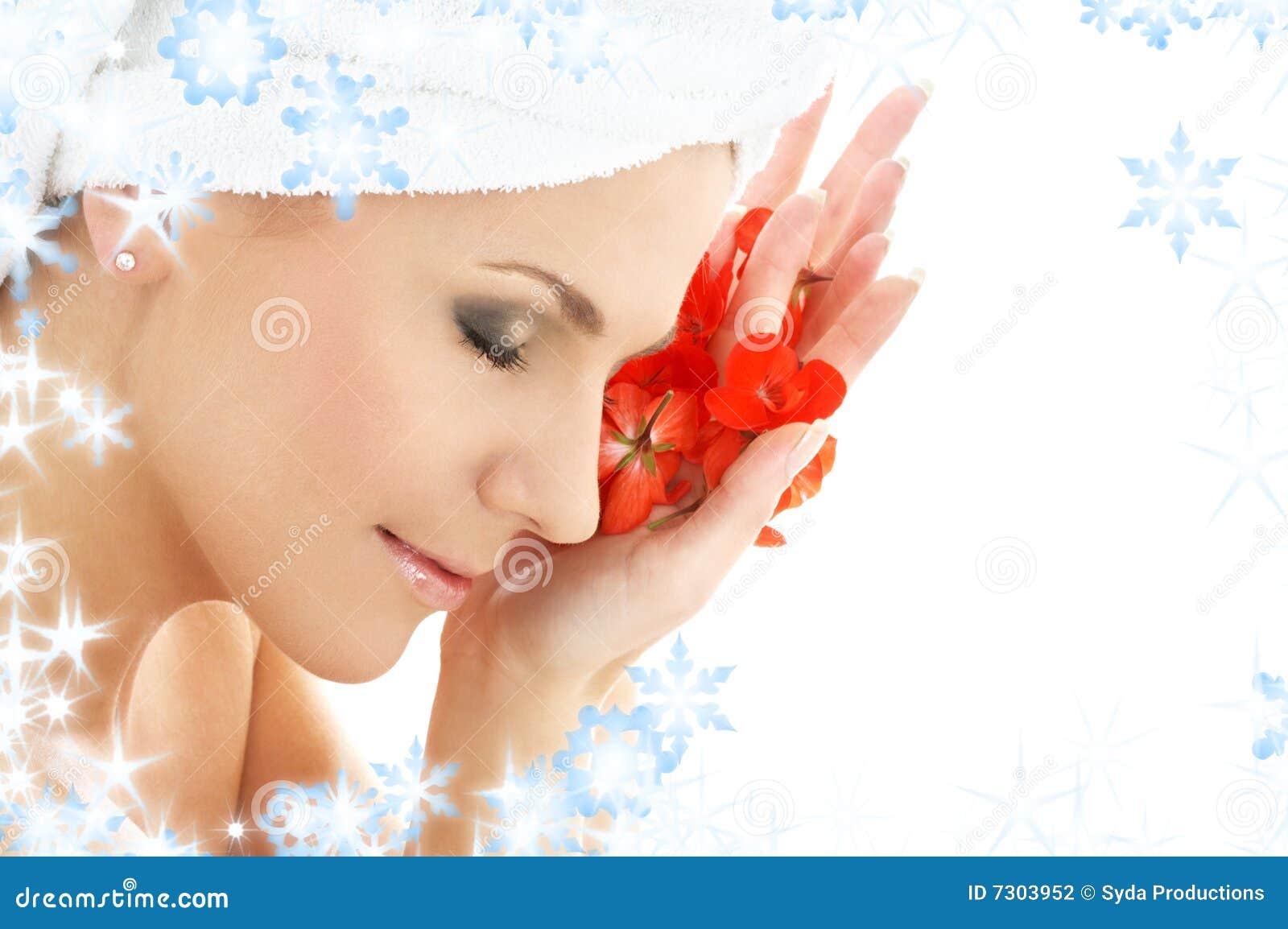 Donna felice di colore rosso dei petali del fiore