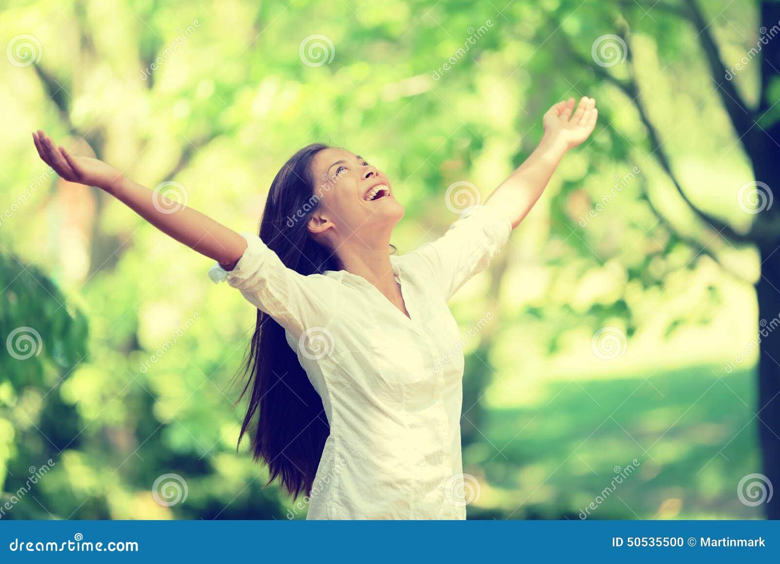 Donna felice di libertà che si sente libero in aria della natura