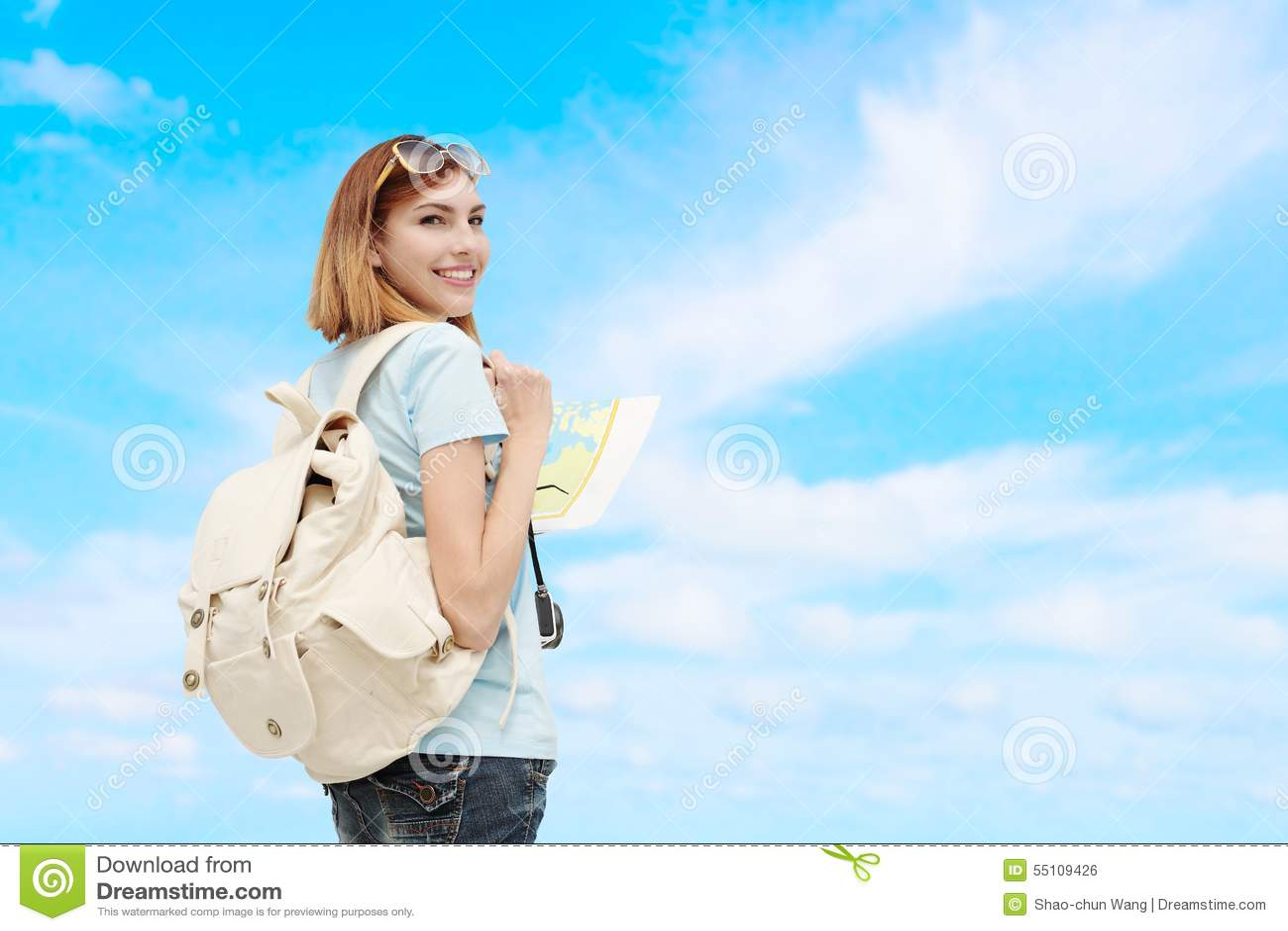 Donna felice di viaggio