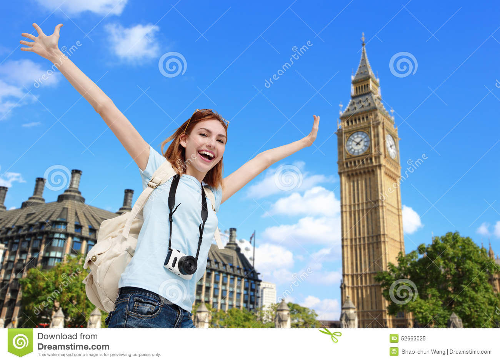 Donna felice di viaggio a Londra