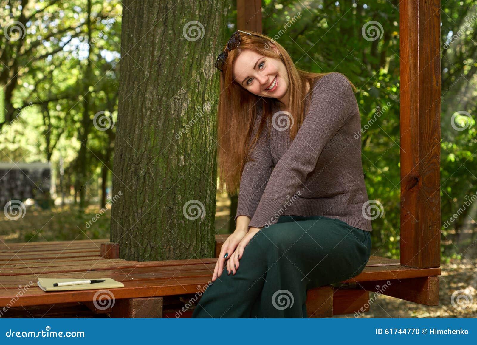 Donna felice nel parco di autunno