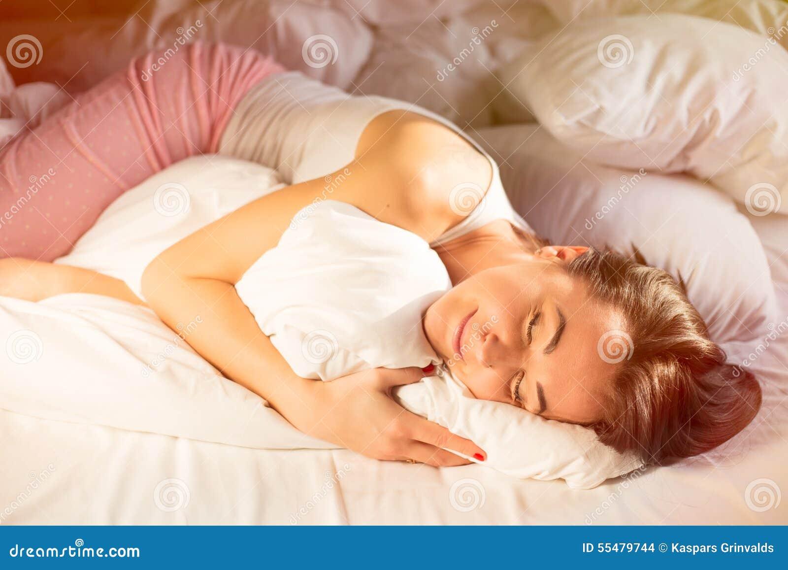 300ff7a146 Donna Felice In Pigiama Che Dorme A Letto Fotografia Stock ...