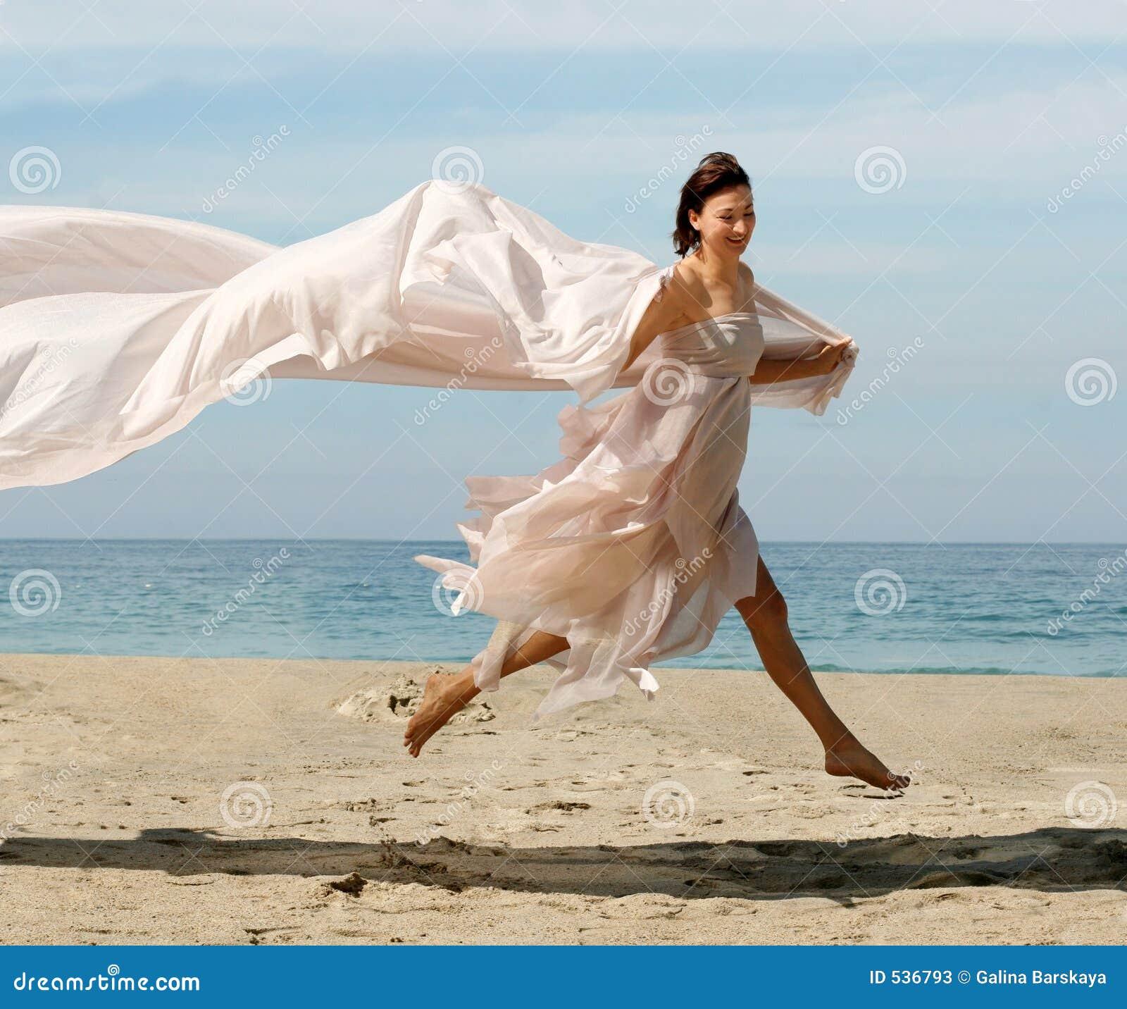 Donna felice sulla spiaggia