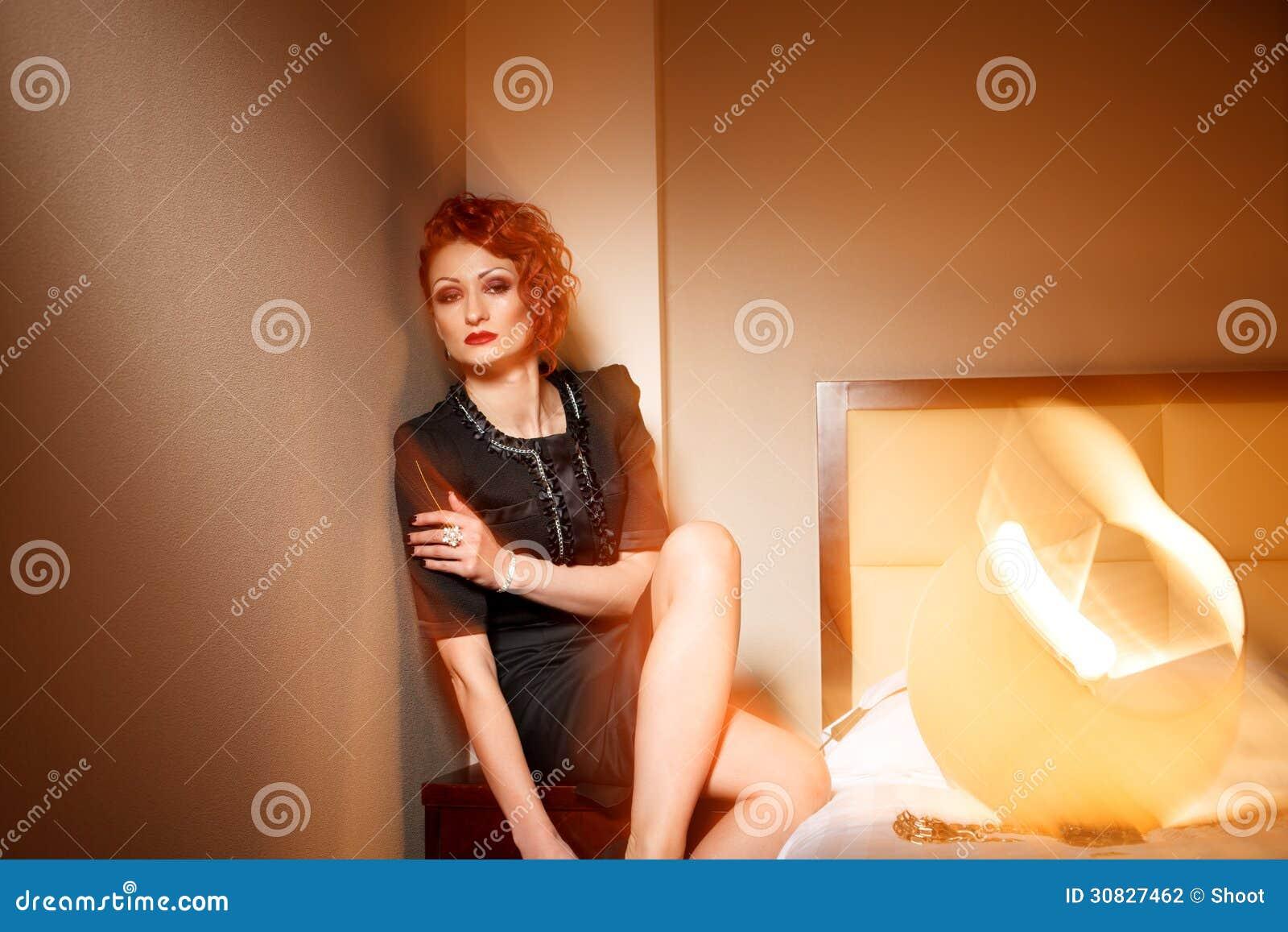 Donna femminile di modo in hotel