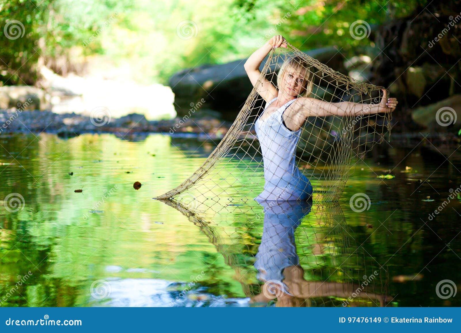 Donna in fiume Maglietta bianca, a rete