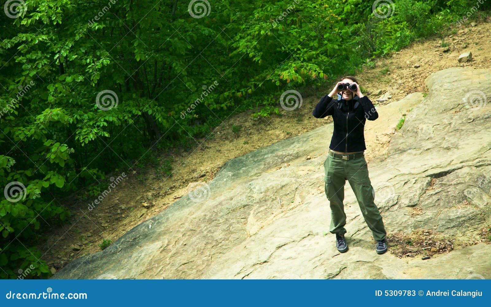 Download Donna In Foresta Con Il Binocolo Immagine Stock - Immagine di schiarimento, alto: 5309783